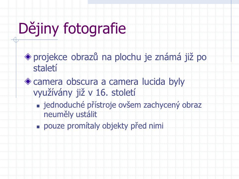 za první fotografii je považován snímek, který zhotovil roku 1826 francouzský vynálezce Joseph Nicéphore Niépce vznikl ve fotopřístroji, a čas expozice byl celých osm hodin tento zdlouhavý proces se ukázal býti slepou uličkou a Niépce začal experimentovat se sloučeninami stříbra Niépce a umělec Jacques Daguerre zdokonalili existující proces na bázi stříbra společně Daguerre učinil dva klíčové objevy pokud stříbro nejprve vystaví jódovým parám, pak snímek exponuje a nakonec na něj nechá působit rtuťové výpary, získá viditelný a nestálý obraz, ten pak lze ustálit ponořením desky do solné lázně v roce 1839 Daguerre oznámil, že objevil proces využívající postříbřenou měděnou desku, nazval jej daguerrotypie  podobný proces dodnes využívají fotoaparáty Polaroid