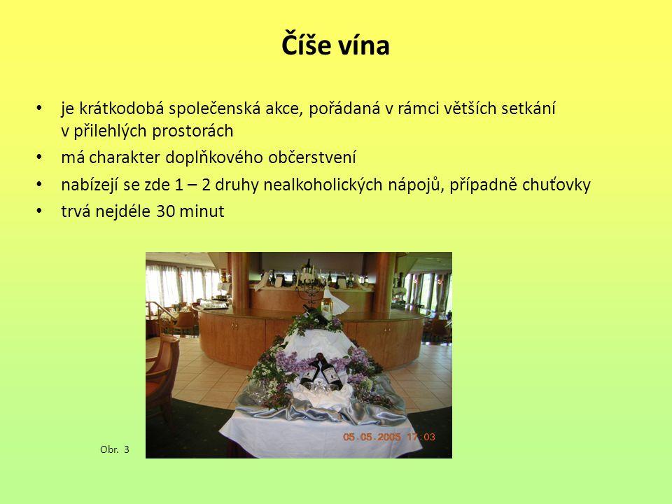 Číše vína je krátkodobá společenská akce, pořádaná v rámci větších setkání v přilehlých prostorách má charakter doplňkového občerstvení nabízejí se zde 1 – 2 druhy nealkoholických nápojů, případně chuťovky trvá nejdéle 30 minut Obr.