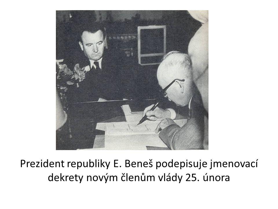 Prezident republiky E. Beneš podepisuje jmenovací dekrety novým členům vlády 25. února