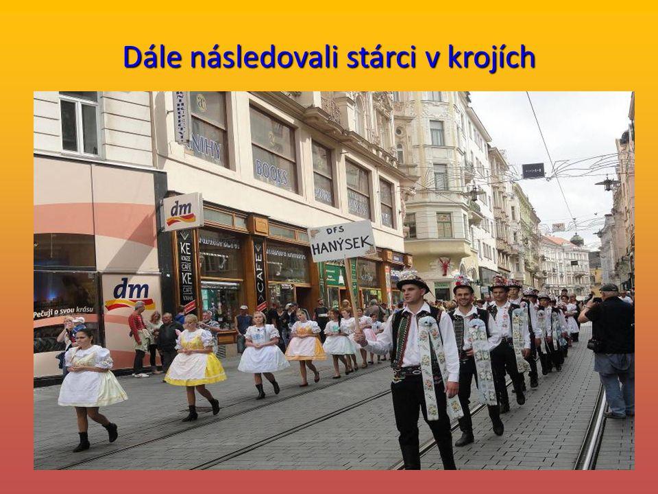 Dožínkový průvod prochází Masarykovou ulicí na náměstí Svobody