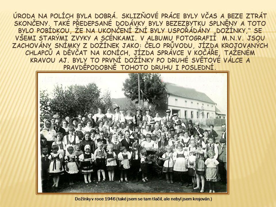 Pohled na účastníky dožínek při projevech hejtmana Jihomoravského kraje a jeho hostů