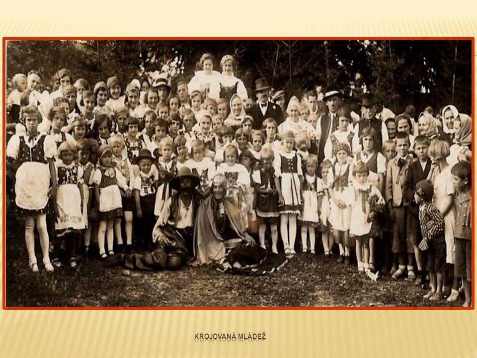 Krojované dívky, které se zúčastnily dožínkového průvodu Fotografie pořídil Vladimír Hudec 31.8.