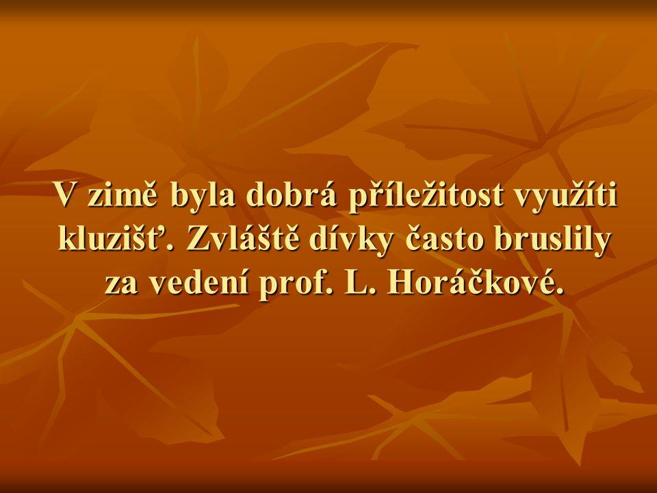 V zimě byla dobrá příležitost využíti kluzišť. Zvláště dívky často bruslily za vedení prof. L. Horáčkové.