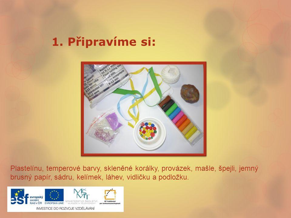 1. Připravíme si: Plastelínu, temperové barvy, skleněné korálky, provázek, mašle, špejli, jemný brusný papír, sádru, kelímek, láhev, vidličku a podlož