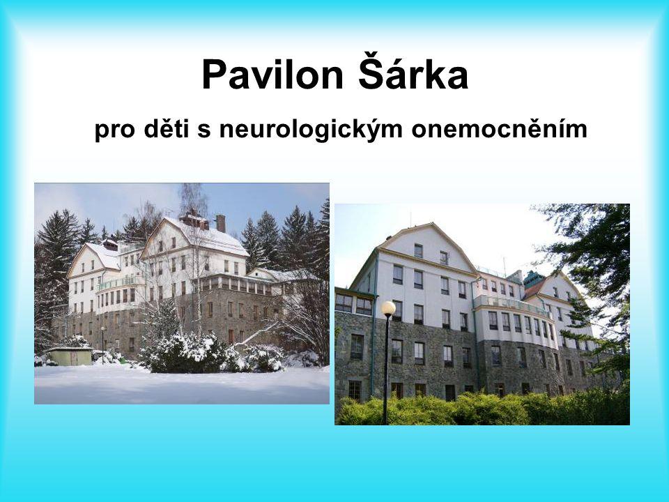 Třídy základní školy jsou umístěny ve dvou budovách pro dětské pacienty podle indikace.