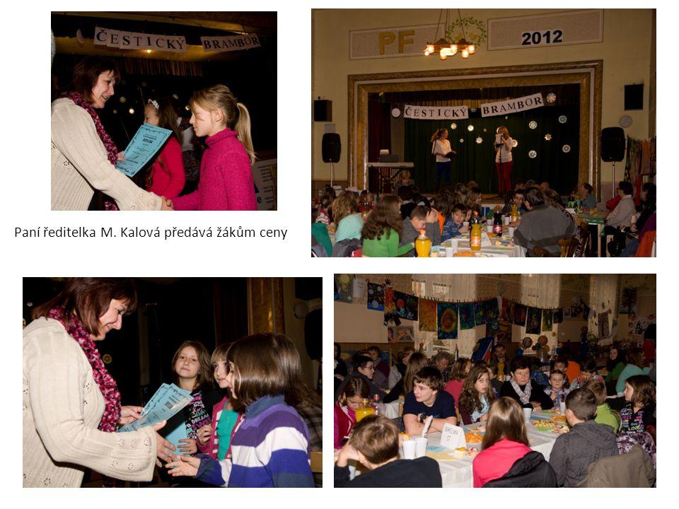 Paní ředitelka M. Kalová předává žákům ceny