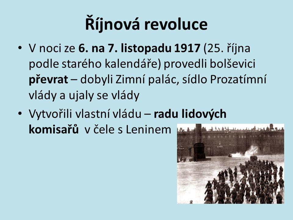 Říjnová revoluce V noci ze 6. na 7. listopadu 1917 (25. října podle starého kalendáře) provedli bolševici převrat – dobyli Zimní palác, sídlo Prozatím