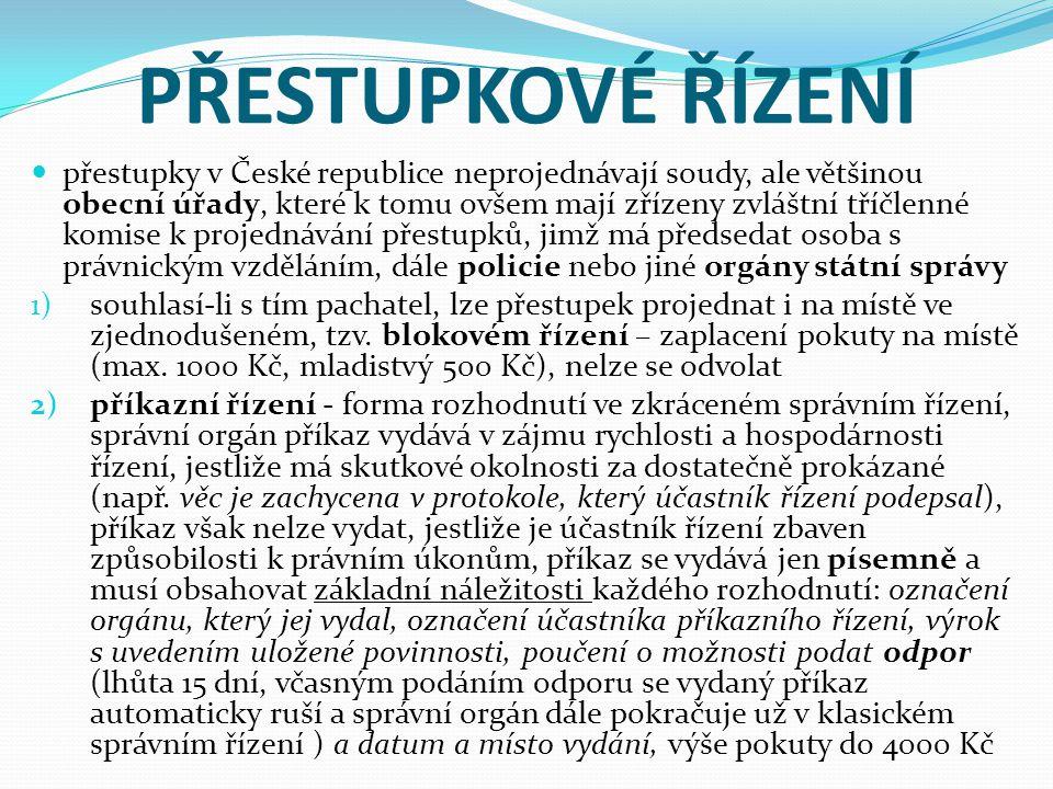 PŘESTUPKOVÉ ŘÍZENÍ přestupky v České republice neprojednávají soudy, ale většinou obecní úřady, které k tomu ovšem mají zřízeny zvláštní tříčlenné komise k projednávání přestupků, jimž má předsedat osoba s právnickým vzděláním, dále policie nebo jiné orgány státní správy 1) souhlasí-li s tím pachatel, lze přestupek projednat i na místě ve zjednodušeném, tzv.