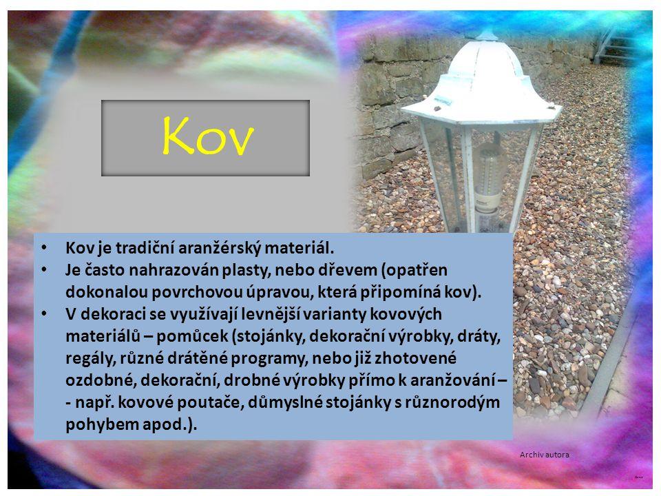 ©c.zuk Kov Kov je tradiční aranžérský materiál. Je často nahrazován plasty, nebo dřevem (opatřen dokonalou povrchovou úpravou, která připomíná kov). V
