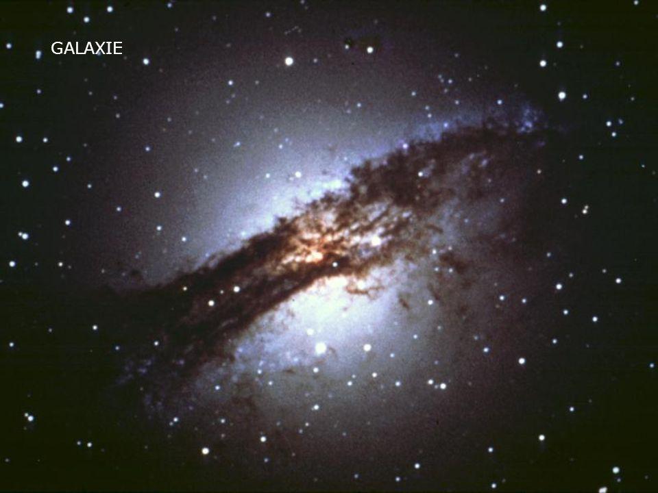 Pozvolna se z původních gravitačních nehomogenit vytvořily struktury, které dnes ve vesmíru pozorujeme, jako galaxie, hvězdy a mlhoviny Pozvolna se z původních gravitačních nehomogenit vytvořily struktury, které dnes ve vesmíru pozorujeme, jako galaxie, hvězdy a mlhovinygalaxie
