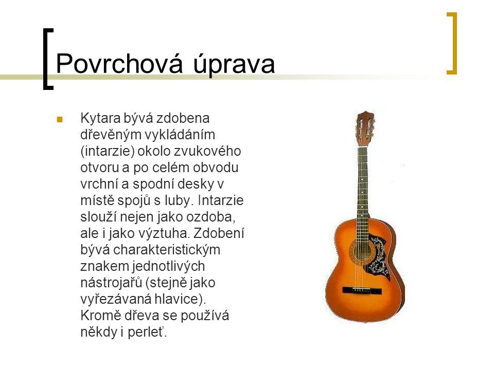 Povrchová úprava Kytara bývá zdobena dřevěným vykládáním (intarzie) okolo zvukového otvoru a po celém obvodu vrchní a spodní desky v místě spojů s luby.