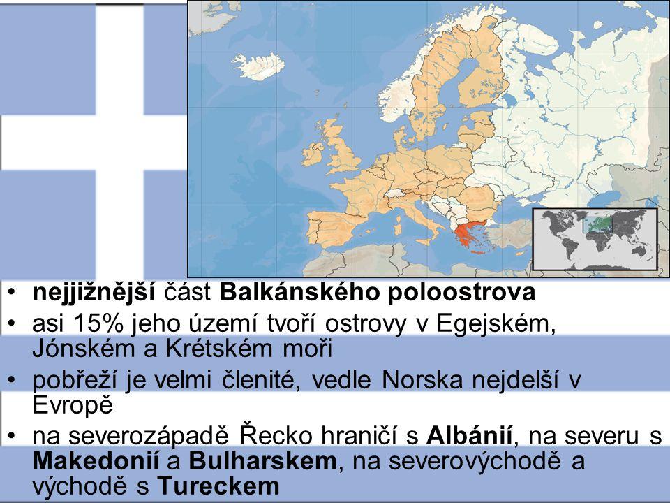 Povrch většinu Řecka vyplňují hory, převážně vápencové, a tudíž značně zkrasovělé západní polovinou území prostupuje pohoří Pindos, které je pokračováním Dinárské soustavy z Albánie a Makedonie z území Makedonie vybíhá do Egejského moře bizarní tříprstý poloostrov Chalkidiki s posvátnou horou Athos na východě hora Olymp je nejvyšším bodem Řecka ve výšce 2919 metrů nad mořem tři rozsáhlá souostroví : Severní Sporady, Jižní Sporady neboli Dodekanésos a největší Kyklady Jónské ostrovy při západním pobřeží země zahrnují známý Korfu (Kerkyra), Levkás, Kefalónii a Zakynthos Prakticky celá oblast Řecka je seismicky aktivní