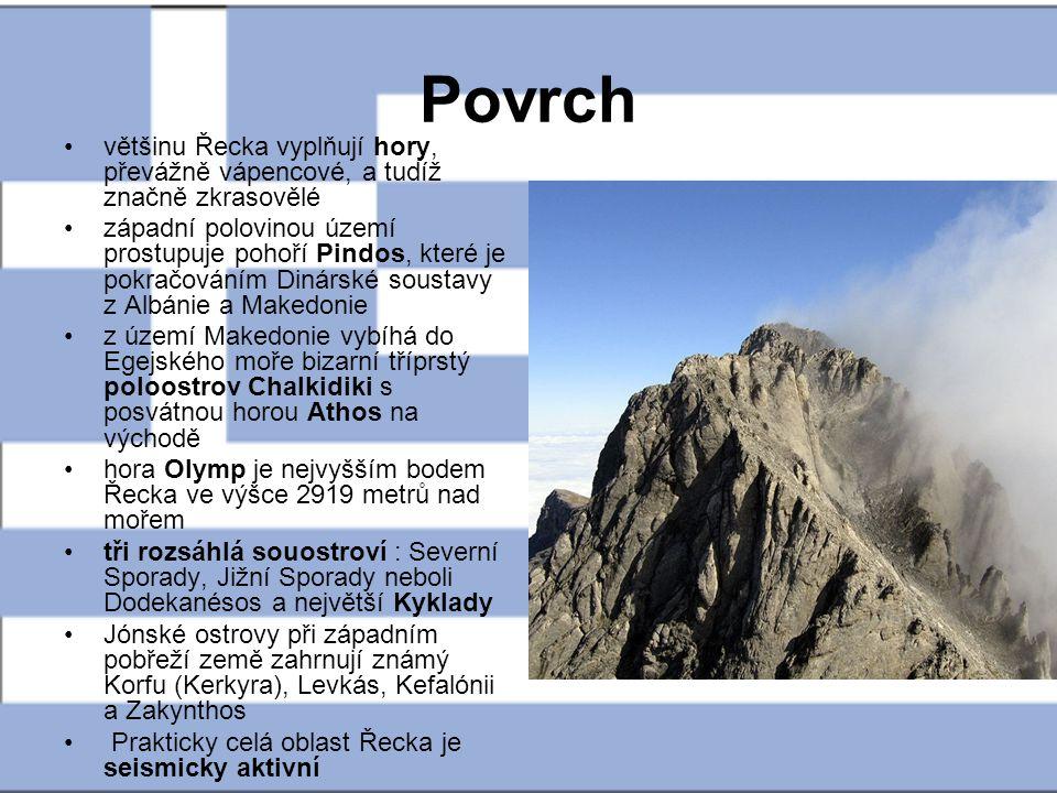 Povrch většinu Řecka vyplňují hory, převážně vápencové, a tudíž značně zkrasovělé západní polovinou území prostupuje pohoří Pindos, které je pokračová