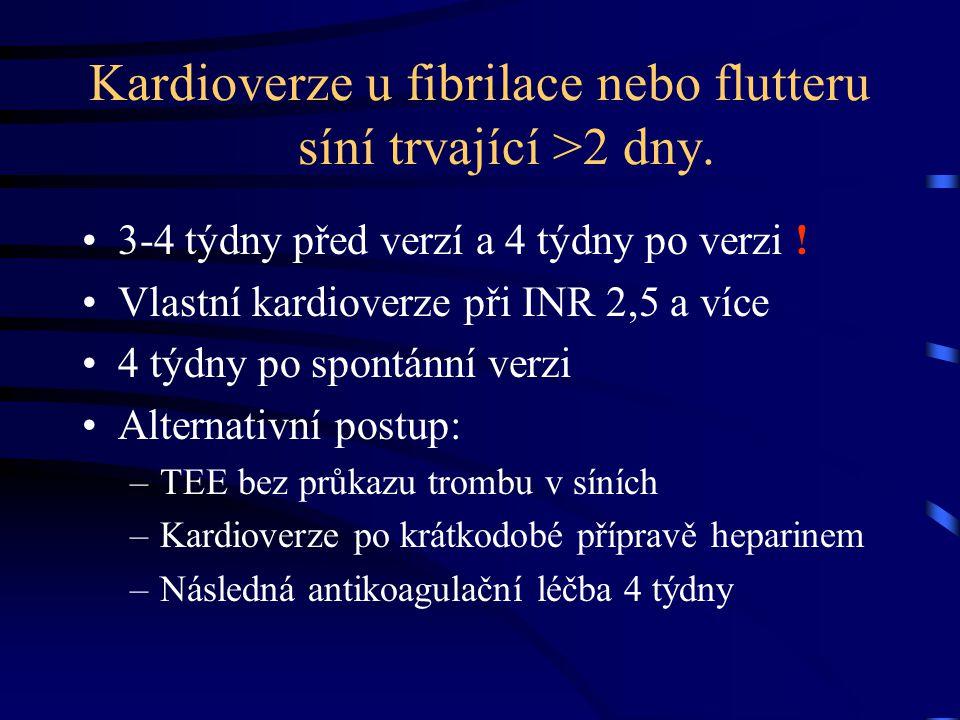 Kardioverze u fibrilace nebo flutteru síní trvající >2 dny. 3-4 týdny před verzí a 4 týdny po verzi ! Vlastní kardioverze při INR 2,5 a více 4 týdny p