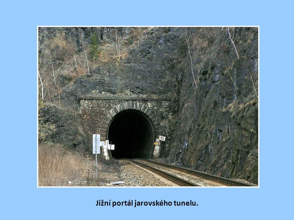 Severní portál tzv. jarovského tunelu (390 m). Před tunelem na žel. zastávce Jarov bylo r. 1961 instalováno na obecní komunikaci jedno z prvních výstr