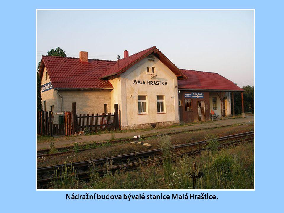 Nádražní budova stanice Mníšek p. Brdy. V období provozu zdejších hrudkoven, do nichž odbočovala železniční vlečka, bývala stanice frekventovanou dopr
