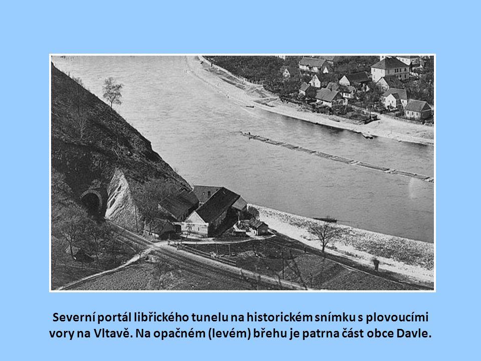 Dýchavičný vláček nás veze do tmy Libřického tunelu.