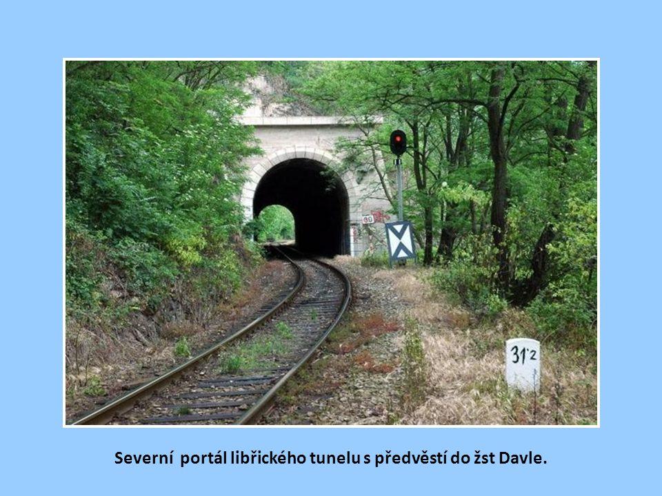 Severní portál libřického tunelu na historickém snímku s plovoucími vory na Vltavě. Na opačném (levém) břehu je patrna část obce Davle.