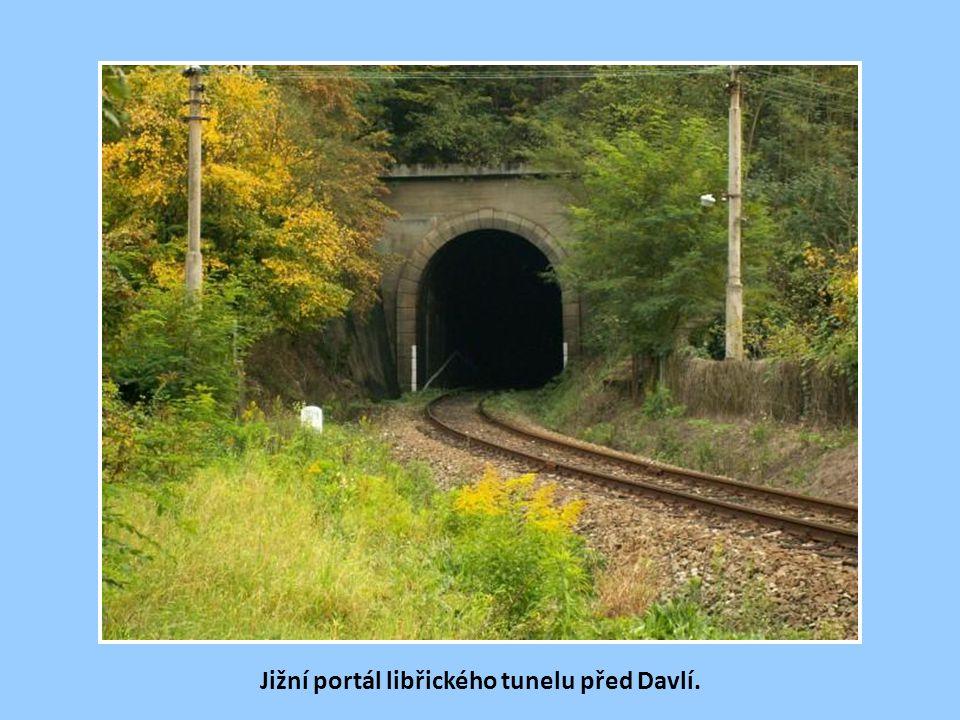Severní portál libřického tunelu s předvěstí do žst Davle.