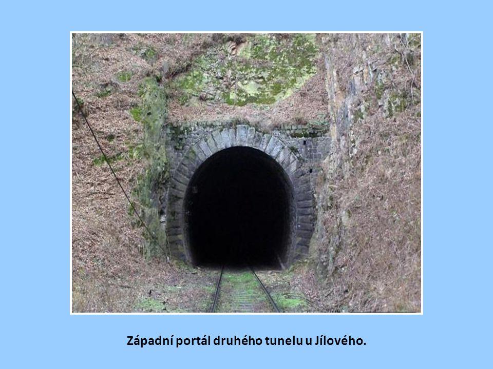 První z tunelů u Jílového. Za 2. světové války byly jílovské tunely uzavřeny a sloužily jako podzemní pracoviště německého zbrojního průmyslu. Provoz
