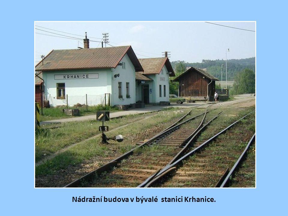 Nádraží v Jílovém u Prahy, vzdálené od obce téměř 3 km, na staré pohlednici. Jílovští tenkrát vyhráli spor s Kamenným Přívozem, jinak by stanice byla