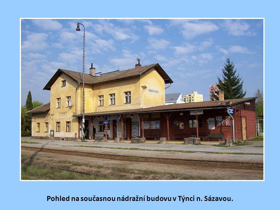 Původní nádražní budova ve stanici Týnec n. Sázavou (dříve Týnice n. Sáz.). Také zde občas nabíraly parní lokomotivy vodu, jak je patrno z vodárenské