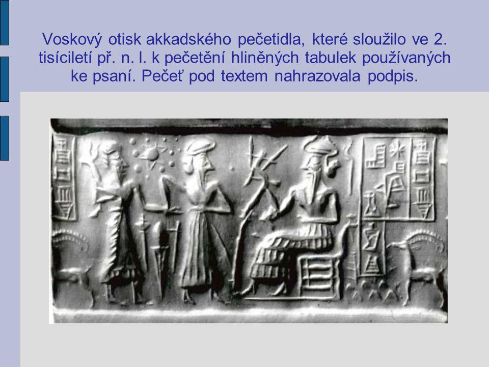 Voskový otisk akkadského pečetidla, které sloužilo ve 2. tisíciletí př. n. l. k pečetění hliněných tabulek používaných ke psaní. Pečeť pod textem nahr