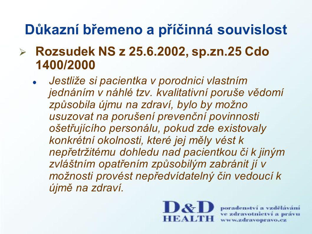 Důkazní břemeno a příčinná souvislost  Rozsudek NS z 25.6.2002, sp.zn.25 Cdo 1400/2000 Jestliže si pacientka v porodnici vlastním jednáním v náhlé tz