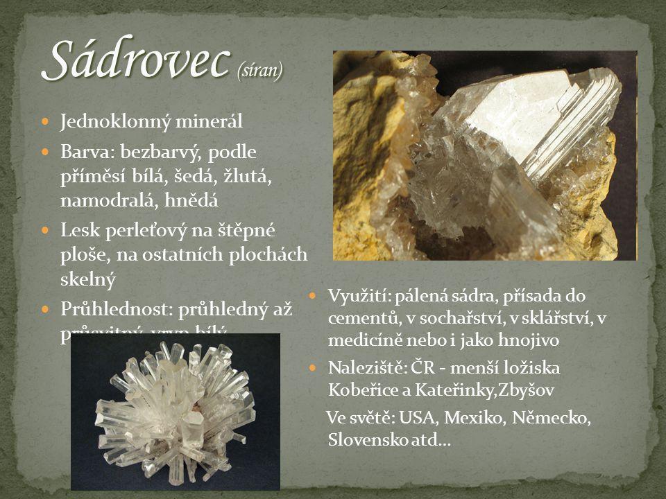 Jednoklonný minerál Barva: bezbarvý, podle příměsí bílá, šedá, žlutá, namodralá, hnědá Lesk perleťový na štěpné ploše, na ostatních plochách skelný Průhlednost: průhledný až průsvitný, vryp bílý Využití: pálená sádra, přísada do cementů, v sochařství, v sklářství, v medicíně nebo i jako hnojivo Naleziště: ČR - menší ložiska Kobeřice a Kateřinky,Zbyšov Ve světě: USA, Mexiko, Německo, Slovensko atd…