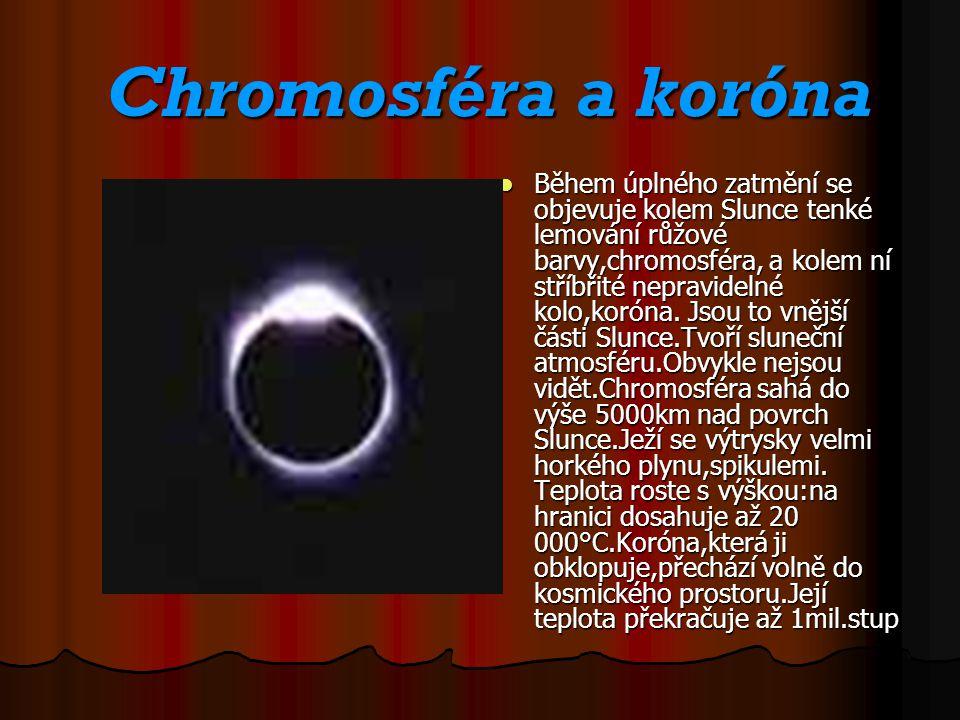 Chromosféra a koróna Chromosféra a koróna Během úplného zatmění se objevuje kolem Slunce tenké lemování růžové barvy,chromosféra, a kolem ní stříbřité nepravidelné kolo,koróna.