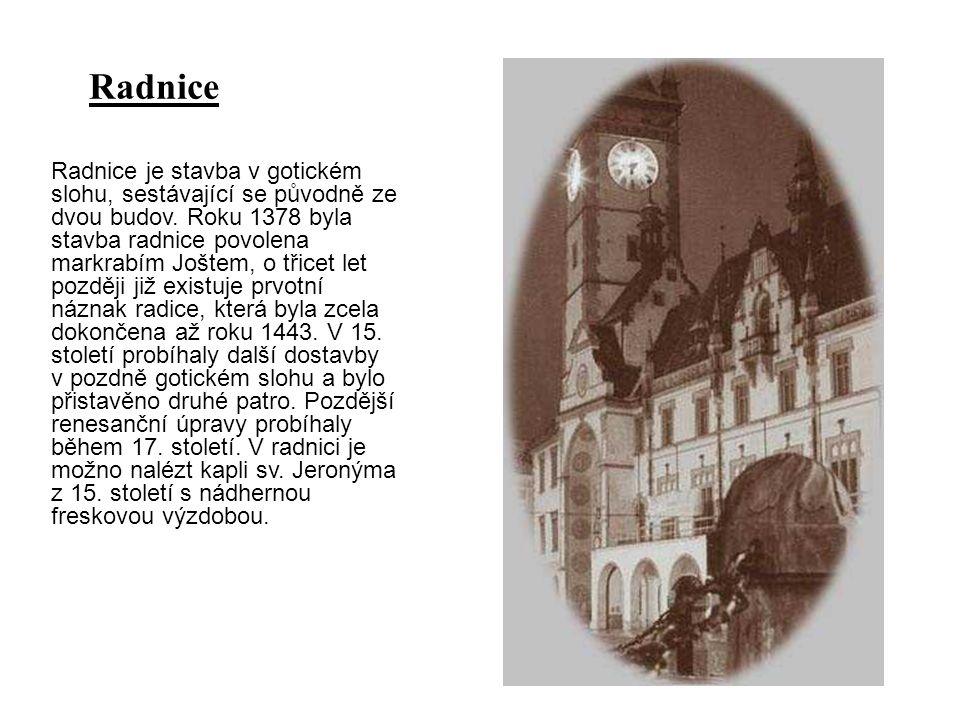 Radnice je stavba v gotickém slohu, sestávající se původně ze dvou budov. Roku 1378 byla stavba radnice povolena markrabím Joštem, o třicet let pozděj