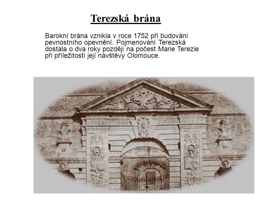 Barokní brána vznikla v roce 1752 při budování pevnostního opevnění. Pojmenování Terezská dostala o dva roky později na počest Marie Terezie při příle