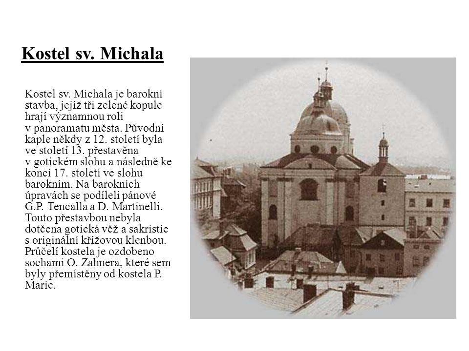 Kostel sv. Michala je barokní stavba, jejíž tři zelené kopule hrají významnou roli v panoramatu města. Původní kaple někdy z 12. století byla ve stole