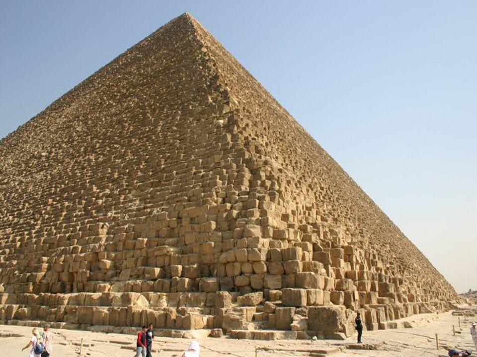Rachefova pyramida je jen o málo menší, než největší pyramida - Cheopsova, ale z dnešního pohledu se jeví vyšší.