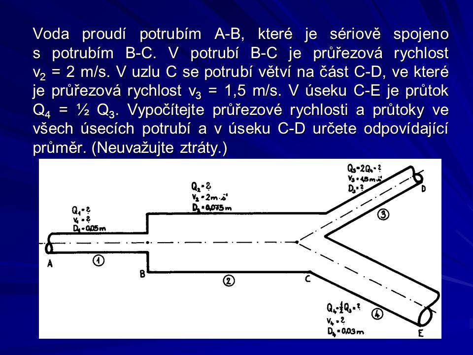 Voda proudí potrubím A-B, které je sériově spojeno s potrubím B-C. V potrubí B-C je průřezová rychlost v 2 = 2 m/s. V uzlu C se potrubí větví na část