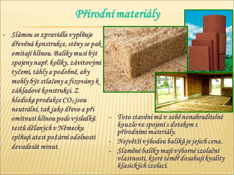-Slámou se zpravidla vyplňuje dřevěná konstrukce, stěny se pak omítají hlínou.