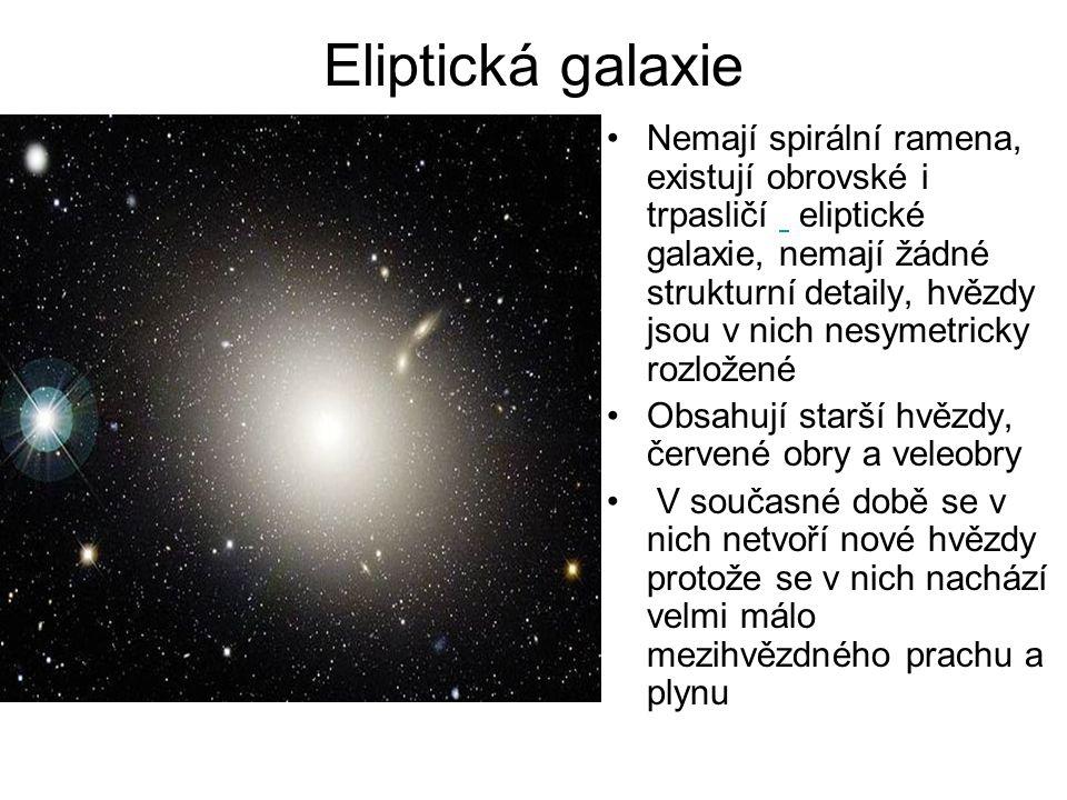 Spirální galaxie Obsahují miliardy až stamiliardy hvězd Středové oblasti spirálních galaxií obsahují především starší hvězdy, zatímco ve spirálních ramenech se nachází velké množství mlhovin, mezihvězdného plynu a plynu a otevřených hvězdokup Spirální galaxie obsahují různý počet ramen, které vybíhají z galaktického středu