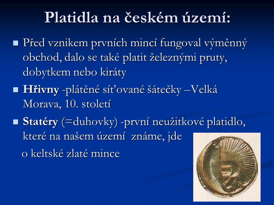 Platidla na českém území: Před vznikem prvních mincí fungoval výměnný obchod, dalo se také platit železnými pruty, dobytkem nebo kiráty Před vznikem prvních mincí fungoval výměnný obchod, dalo se také platit železnými pruty, dobytkem nebo kiráty Hřivny -plátěné síťované šátečky –Velká Morava, 10.