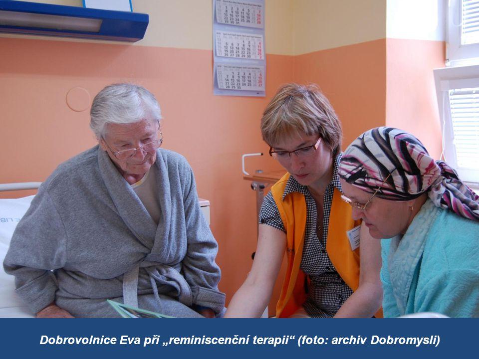 "Dobrovolnice Eva při ""reminiscenční terapii (foto: archiv Dobromysli)"