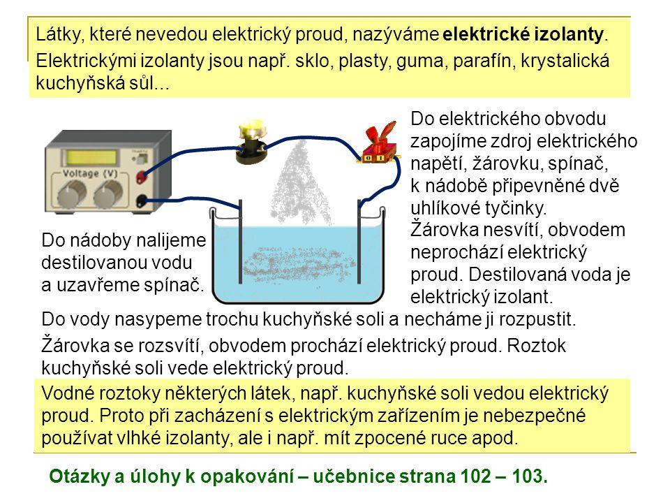 Do elektrického obvodu zapojíme zdroj elektrického napětí, žárovku, spínač, k nádobě připevněné dvě uhlíkové tyčinky. Do nádoby nalijeme destilovanou