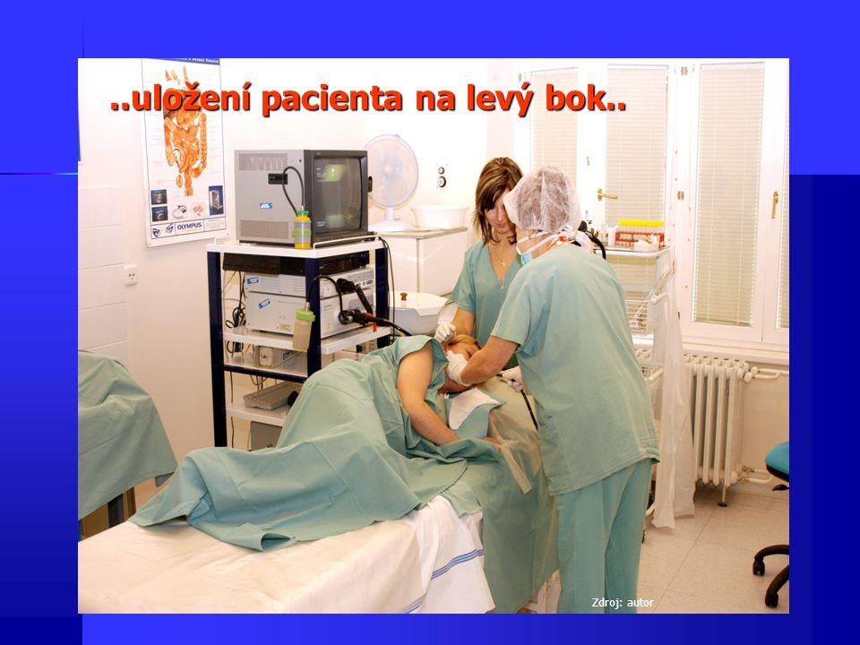 Vlastní vyšetření Přes zubní ochranný kroužek se pacientovi zavádí flexibilní endoskop s optikou pod zrakovou kontrolou - za současné insuflace vzduchu (nutné k vizualizaci) eventuálně sání - do jícnu, žaludku a dvanácterníku Přes zubní ochranný kroužek se pacientovi zavádí flexibilní endoskop s optikou pod zrakovou kontrolou - za současné insuflace vzduchu (nutné k vizualizaci) eventuálně sání - do jícnu, žaludku a dvanácterníku Během vyšetření lékař sleduje na obrazovce(u vláknových endoskopů v okuláru) sliznici a event.