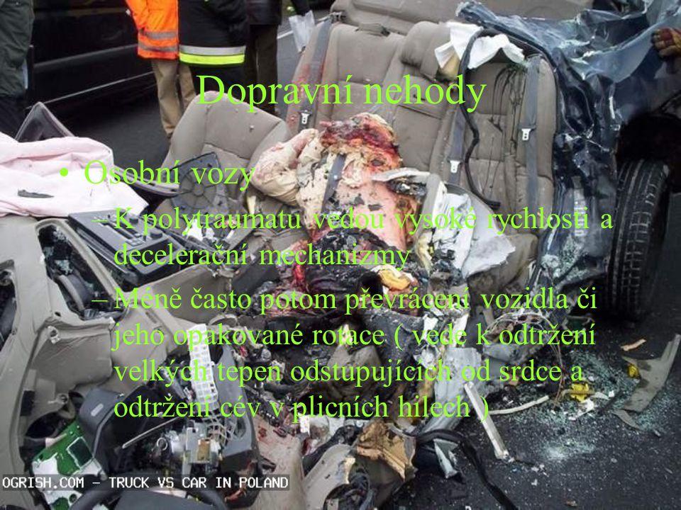 Dopravní nehody Osobní vozy –K polytraumatu vedou vysoké rychlosti a decelerační mechanizmy –Méně často potom převrácení vozidla či jeho opakované rot