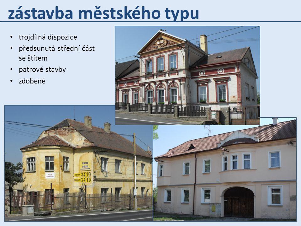 trojdílná dispozice předsunutá střední část se štítem patrové stavby zdobené zástavba městského typu