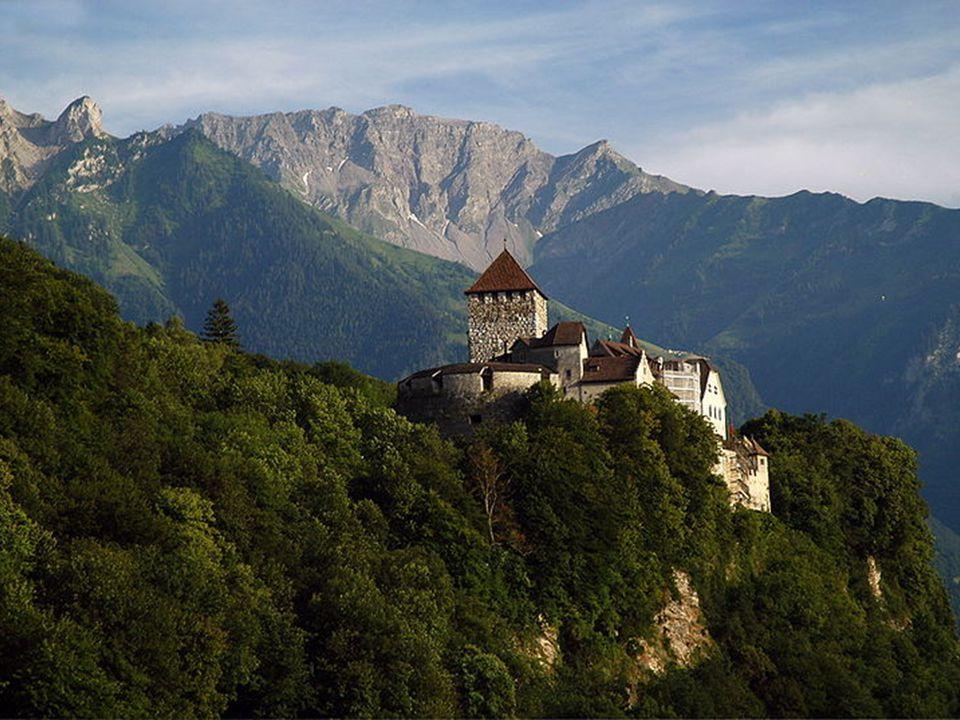 Slovinsko -rozloha: 20 273 km² -počet obyvatel: 1 964 036 -hustota zalidnění: 100 ob./km² -hlavní město: Lublaň -pohoří: Julské Alpy, Savinjské Alpy, Karavanky a Pohorje -polovinu země zabírají lesy -složení obyvatelstva: Slovinci: 83,06 %; Srbové: 1,98 %; Chorvati: 1,81 %; Bosňané: 1,10 % -chemický, železozpracovávající průmysl -železnice, většinou jednokolejné tratě -člen EU, OSN, NATO