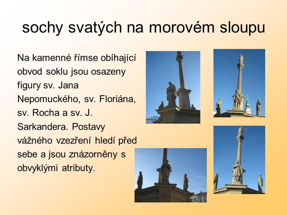 sochy svatých na morovém sloupu Na kamenné římse obíhající obvod soklu jsou osazeny figury sv. Jana Nepomuckého, sv. Floriána, sv. Rocha a sv. J. Sark