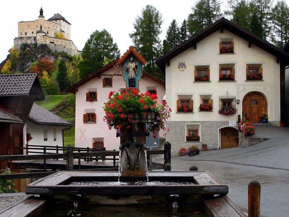 Je obklopeno lesy, horami a jezery a je jedním z nejkrásnějších měst Švýcarska