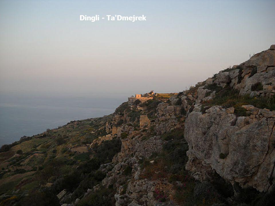 Malta ostrovní stát ve Středozemním moři ostrovy jsou oblíbeným turistickým cílem skládá se z následujících obydlených ostrovů: Malta, 246 km² Gozo (Ghawdex), 67 km² (kolem 30 000 obyvatel) Comino (Kemmuna), 3 km² (obydlen především během turistické sezóny) klimatické prostředí je typické pro tuto oblast Středozemního moře: mírné, vlhké zimní období a horké léto s prakticky žádnými vodními srážkami.