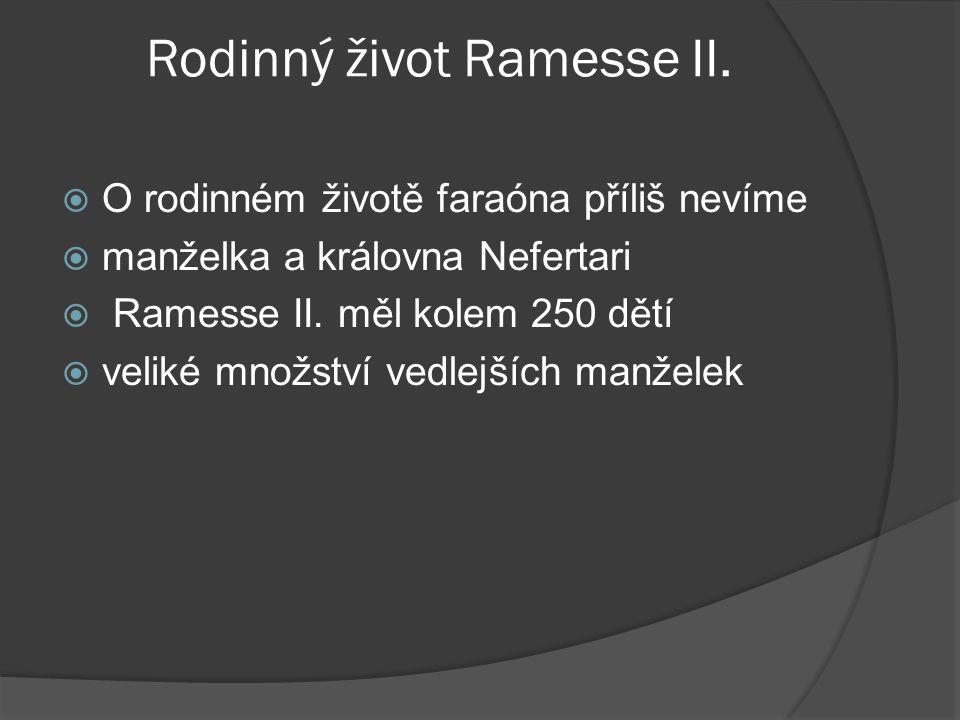 Rodinný život Ramesse II.  O rodinném životě faraóna příliš nevíme  manželka a královna Nefertari  Ramesse II. měl kolem 250 dětí  veliké množství