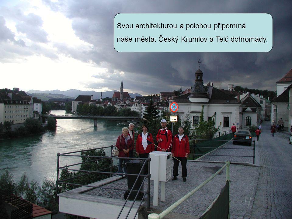 Svou architekturou a polohou připomíná naše města: Český Krumlov a Telč dohromady.