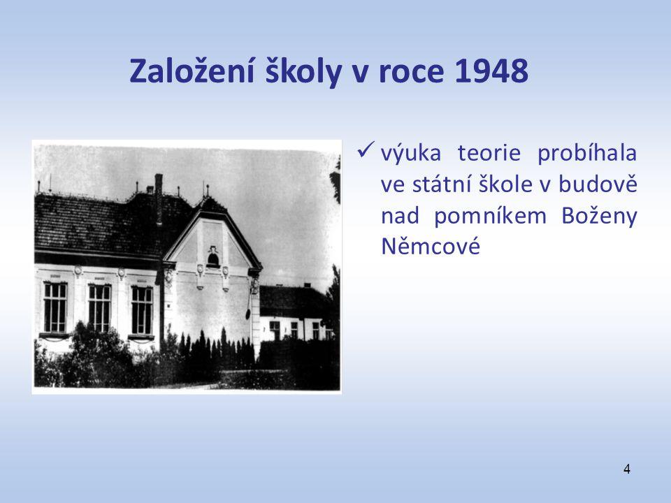výuka teorie probíhala ve státní škole v budově nad pomníkem Boženy Němcové 4 Založení školy v roce 1948